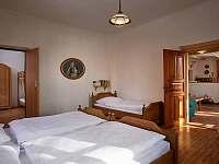 velká ložnice, obývací pokoj a malá ložnice