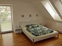 Pravá ložnice v 1.patře - rekreační dům k pronájmu Suchdol nad Lužnicí