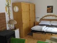 Obývací pokoj s dvoulůžkem