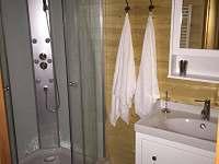 Koupelna - Sprcha uvnitř chaty - srub ubytování Mačkov