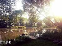 Přilehlý rybník - srub ubytování Mačkov