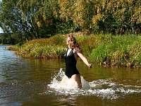 koupání  v rybníku Komorník