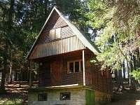 pohled na chatu zprava