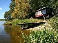 pohled na chatu z rybníka
