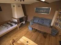 obývací pokoj s krbem+ jedno lůžko - chalupa k pronájmu Jilem