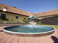 Penzion Lojka Jilem - bazén v uzavřeném dvoře - chalupa ubytování Jilem