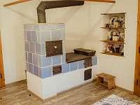 Kamna v kuchyni - chalupa k pronajmutí Krejčovice