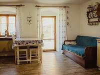 Kuchyně s vchodem do pergoly - chalupa ubytování Krejčovice