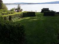 Prostory na břehu u jezera Lipno přímo před chatou