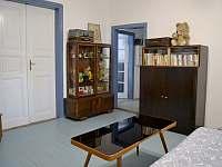 Horní hala se vstupy do pokojů a koupelny - Bavorov