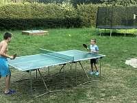 Venkovní zábava pro dětí, trampolína, pískoviště, vybavení na ping pong