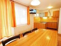 Vybavená kuchyňka s jídelnou - apartmán k pronájmu Vráž