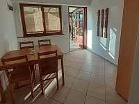 Kuchyně a hlavní dveře - chata k pronajmutí Větřní