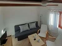Obývací místnost - chata k pronájmu Větřní