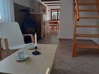 Obývací místnost - pohled do kuchyně - pronájem chaty Větřní