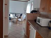 Pohled z kuchyně do obývací místnosti - chata k pronájmu Větřní