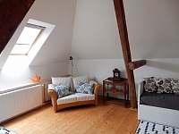 Obývací kout - podkroví - chalupa k pronájmu Slavče