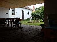 Venkovní posezení - průhled na dvorek