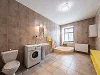 Koupelna s WC v přízemí - pronájem chalupy Nová Včelnice - Brabec