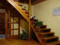 prostor se schodištěm do podkroví - chalupa k pronajmutí Dolní Žďár - Horní Lhota