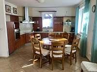 Kuchyně - vila k pronajmutí Frymburk