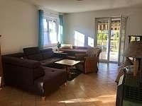 Obývací pokoj - vila k pronájmu Frymburk