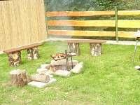 možnost grilování na dřevěném uhlí nebo posezení u ohýnku