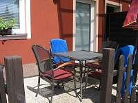 Terasa se zahradním nábytkem - apartmán ubytování Frymburk