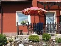 Terasa se zahradním nábytkem a skalkou - apartmán k pronájmu Frymburk