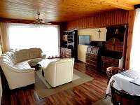 obývací pokoj s jídelnou - rekreační dům k pronajmutí Křemže