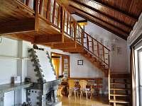 Obytný prostor a schody k ložnicím - chata k pronájmu Laciná