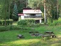 Pohled na chatu od venkovního ohniště