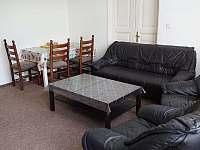 Obývací pokoj 2 sedací soupravy a stůl - vila k pronajmutí Planá nad Lužnicí