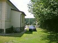 Parkování v oplocené zahradě - pronájem vily Planá nad Lužnicí