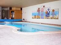 Vyhřívaný vnitřní bazén se saunou - vila k pronájmu Planá nad Lužnicí