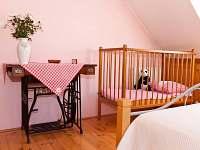 dětská postýlka v 1.ložnici v podkroví - pronájem rekreačního domu Kardašova Řečice
