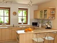 kuchyň v přízemí s výhledem do zahrady