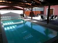 Bazén se slanou vodou a lamelovým zakrytím - rekreační dům ubytování Nová Včelnice