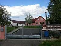 Vjezd na parkoviště - rekreační dům ubytování Nová Včelnice