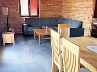 Otevřený obývací pokoj s rozkládací sedací soupravou - chata k pronájmu Albrechtice nad Vltavou - Újezd