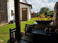 Tvrz Čepřovice, venkovní posezení -