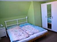 ložnice s dvojlůžkem a dětskou postýlkou