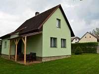 Vchod do chaty s pergolou a posezením