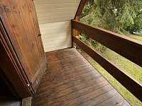 balkon, v pozadí loď na rybníku