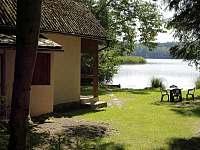 chata leží na břehu Staňkovského rybníku