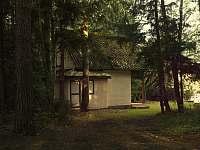 Chata Staňkov - podvečerní nálada z pohledu od příjezdové cesty