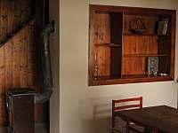 obývák, v pozadí schody do podkroví