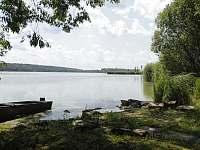 výhled z břehu zahrady na Staňkovský rybník