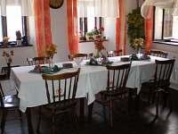 jídelna - společenská místnost - chalupa k pronajmutí Černovice u Tábora