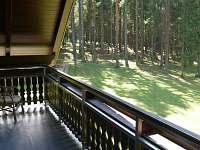 balkon k dispozici též s posezením - chata k pronajmutí Lojzovy Paseky